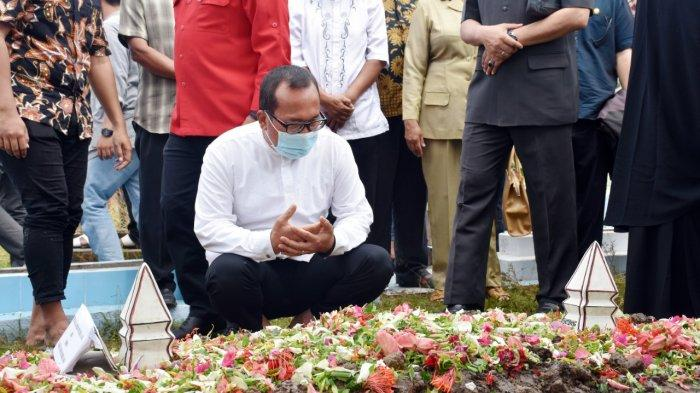 Hantar Jenazah Almarhum Bambang Ganefo, Sujiwo : Masyarakat Kubu Raya dan PDIP Merasa Kehilangan