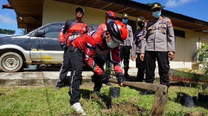 Pererat Sinergisitas dengan TNI-Polri, Sujiwo Boyong Prajurit TNI Tanam Pohon di Polsek Rasau Jaya
