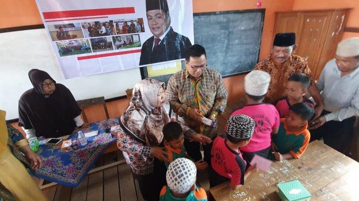 Sukiryanto Berikan Beasiswa 25 Murid Saat Berkunjung ke SDN 09 Benua Kayong