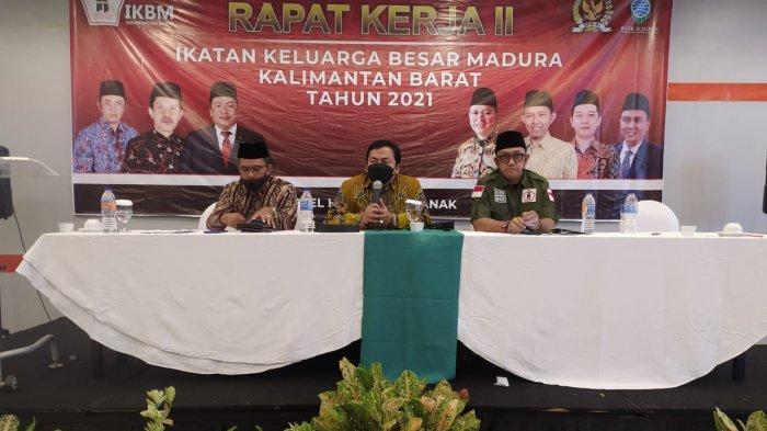 Ketua Umum IKBM Kalbar H Sukiryanto didamping Wakil Ketua Umum, H Irsan dan Sekretaris Umum H Fauzie saat menutup Rapat Kerja IKBM Kalbar Tahun 2021, Senin 22 Februari 2021.