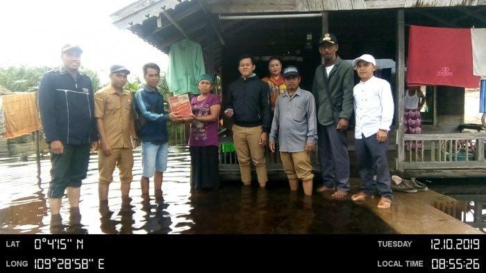 Pemdes Sungai Enau Beri Bantuan Warga Yang Rumahnya Terendam Banjir