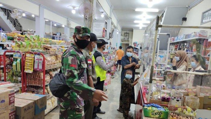 Personel Polsek Sungai Laur Razia Masker dan Kerumunan Warga di Swalayan Kecamatan