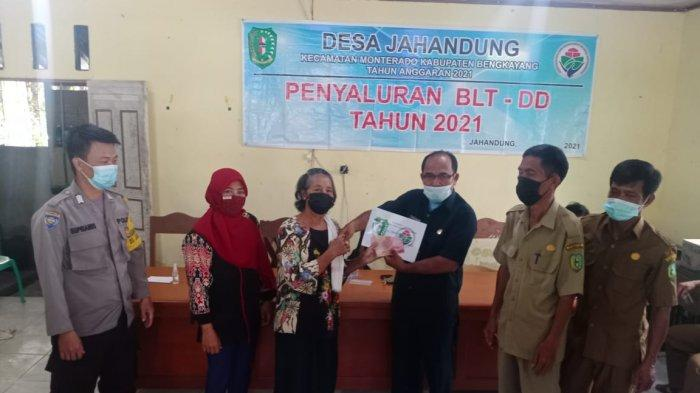 Bhabinkamtibmas Bripka Suprianus Hadiri Penyaluran BLT DD Jahandung Tahun 2021