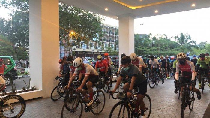 Gubernur Kalimantan Barat, H Sutarmidji melepas kegiatan Ikatan Sepeda Sport Indonesia (ISSI) yang melakukan gowes rute Kota Pontianak - Singkawang dimulai dari Hotel Mahkota Pontianak, Sabtu 12 Desember 2020.