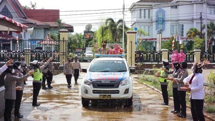 Pelepasan AKBP Broto Sutopo beserta istri di halaman Kapuas Hulu, Kamis 7 Oktober 2021