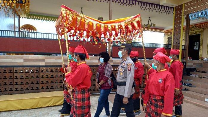 Kapolsek Kakap, Iptu Suyitno saat menghadiri Festival Wisata Budaya Bugis 2021 di rumah Bugis Saoraja, Desa Punggur Kapuas Kecamatan Sungai kakap, Minggu 3 Oktober 2021.