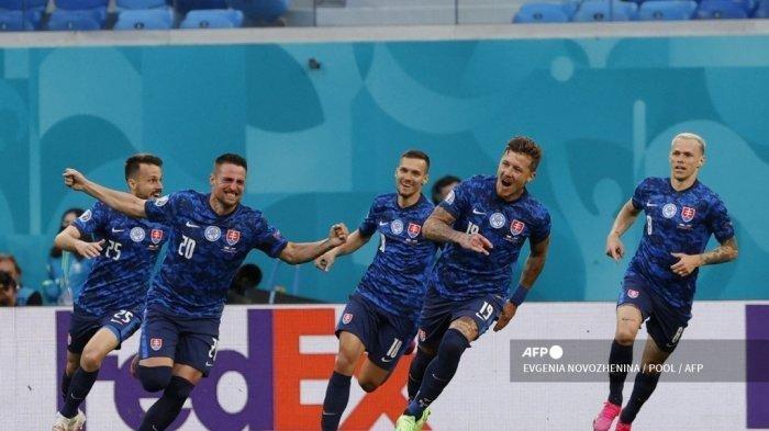 Pemain depan Slovakia Robert Mak (2L) merayakan setelah mencetak gol pertama timnya selama pertandingan sepak bola Grup E UEFA EURO 2020 antara Polandia dan Slovakia di Stadion Saint Petersburg di Saint Petersburg pada 14 Juni 2021.