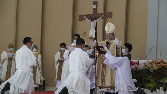 Tahbiskan 2 Diakon Kongregasi CSE, Mgr Agustinus Berpesan Agar Menjadi Pemimpin Visioner