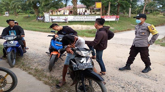 Secara Humanis Personil Polsek Monterado Rutin Sampaikan Imbauan Prokes Covid-19 5M