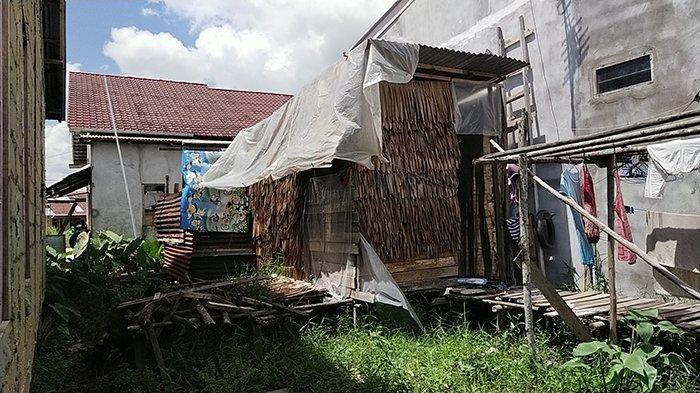 Tampak depan dan samping dari rumah keluarga Sulastri dan Eko Purwanto, warga Kelurahan Siantan Hulu, Kecamatan Pontianak Utara, Kota Pontianak, Kamis 29 Juli 2021.