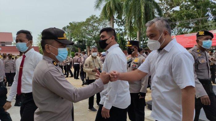 Personel Polresta Pontianak memberikan ucapan selamat kepada Iptu Totar Marpaung, Kanit A, SPKT Polresta Pontianak Kota, Senin 4 Oktober 2021.
