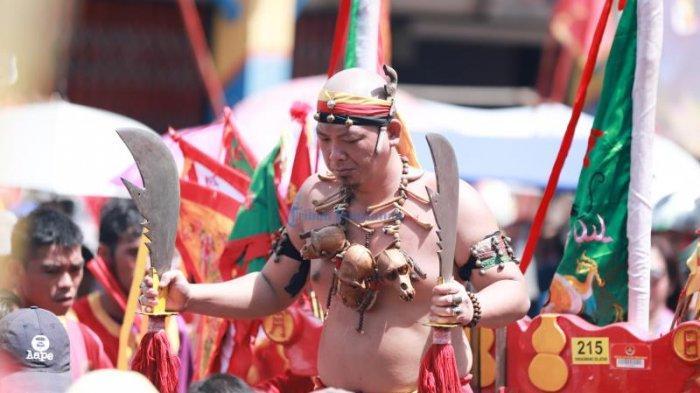 FOTO: Tatung Cuci Jalan di Depan Vihara Tri Dharma Bumi Raya Singkawang - tatung-cuci-jalan-vihara.jpg