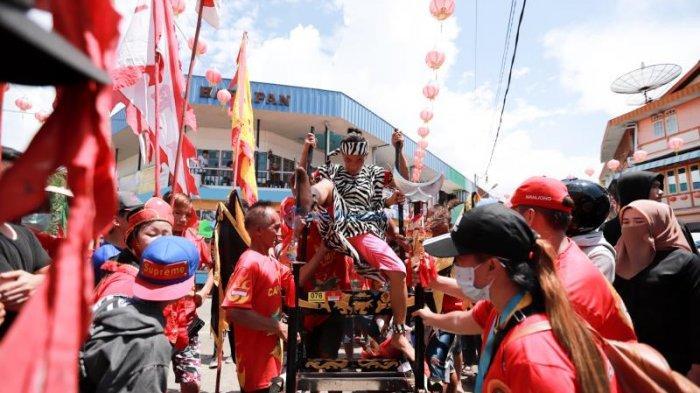 FOTO: Tatung Cuci Jalan di Depan Vihara Tri Dharma Bumi Raya Singkawang - tatung-di-vihara.jpg