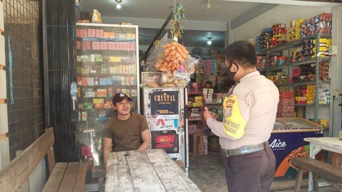 Personel Patroli Polsek Monterado Brigadir Albertus Rio laksanakan Patroli di seputaran Pasar Desa Monterado, sekaligus sampaikan imbauan ke warga patuhi Prokes 5M, Sabtu 29 Mei 2021 siang.