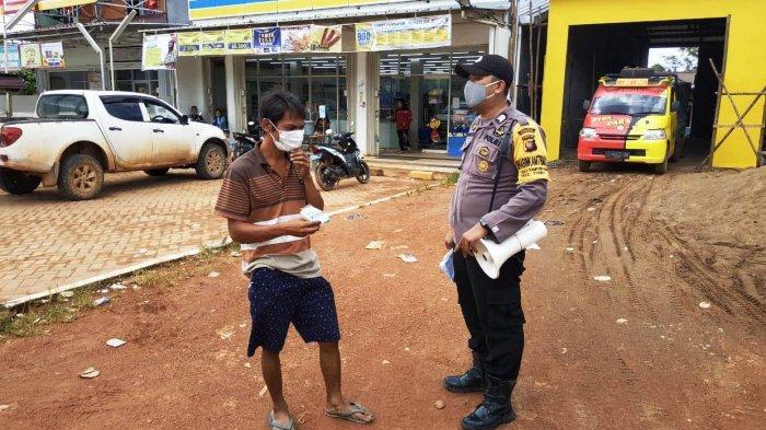 Bhabinkamtibmas Tegur Warga yang Tidak Menggunakan Masker