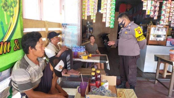 Polsek Teluk Keramat pada saat melaksanakan patroli menyambangi warga, Jumat 28 Mei 2021