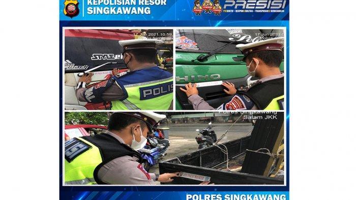 Cegah Penyebaran Covid-19, Satlantas Polres Singkawang Pasang Stiker Imbauan 'Ayo Pakai Masker'