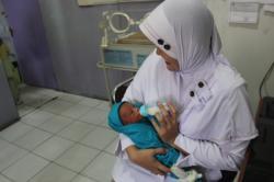 Bayi Sering Digendong, Apakkah