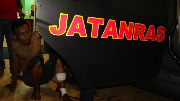Jatanras Polresta Pontianak Tembak Tersangka Pelaku Jambret Mahasiswi, Lihat Foto-fotonya - tersangka-ditembak_20171130_001737.jpg