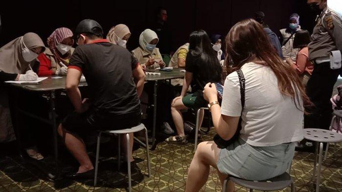 tim Satgas Covid-19 melakukan swab test kepada karyawan dan pengujung cinema XXI A Yani Mega Mall belum lama ini.