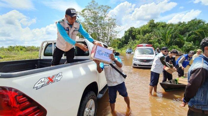 Peduli Korban Banjir di Kalbar, YBM PLN Turun ke Lokasi Salurkan Bantuan Sembako