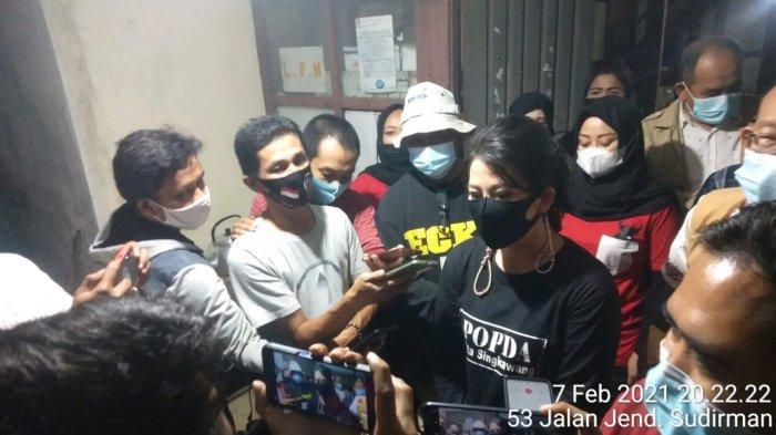 Wali Kota Tjhai Chui Mie Salurkan Bantuan Sembako pada Pengungsi Korban Banjir di Kelurahan Condong