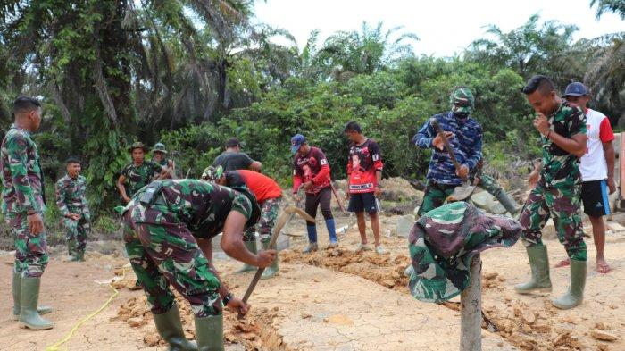 Satgas TMMD Kodim Sanggau Kompak Bersama Warga Bangun Gorong-Gorong di Dusun Jonti,