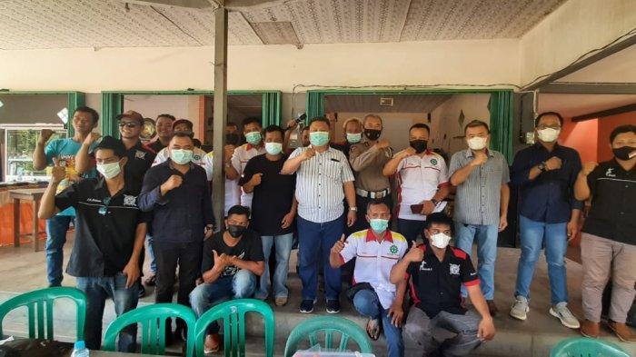 KBO Sat Lantas Polres Sekadau Ipda Agus Pratomo foto bersama dengan para sopir yang tergabung dalam TMWB, Minggu 10 Oktober 2021.