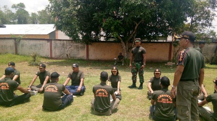 Personel Kodim 1205/Stg Berikan Pelatihan Kedisiplinan Saat Pembaretan Satpol-PP