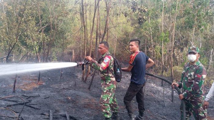 Gabung Dalam Satgas Karhutla Pemkab Sintang, TNI/Polri Bekerjasama Padamkan Api Karhutla