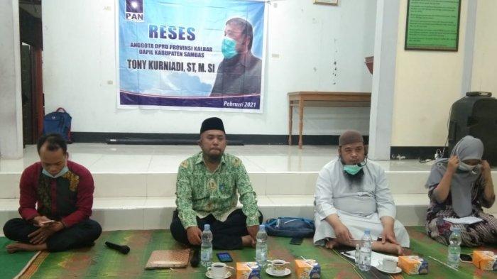 Anggota DPRD Provinsi Kalimantan Barat Tony Kurniadi saat menerima sejumlah aspirasi dari masyarakat di Desa Tebas Kuala Kecamatan Tebas Kabupaten Sambas.
