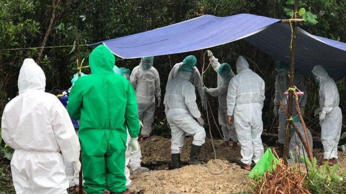 Personel Polsek Toba dan Polsek Meliau Beri Pengamanan Pemakaman Pasien Covid-19