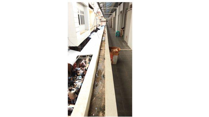 Foto-foto Toko di Lantai Dua Pasar Tengah Tutup, Pernah Diresmikan Presiden Joko Widodo - toko-di-pasar-tengah_20180527_153357.jpg