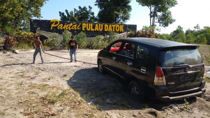Satu Unit Mobil Terperosok ke Pasir di Pantai Pulau Datok