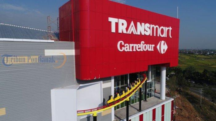 Pusat perbelanjaan modern Transmart Carrefour di Jalan Ahmad Yani II, Kubu Raya, Kalimantan Barat, Sabtu (10/2/2018) sore. Di pusat perbelanjaan modern terbesar di Kubu Raya ini tersedia juga wahana permainan satu diantaranya roller coaster yang menjadi daya tarik masyarakat untuk menantang adrenalin. TRIBUN PONTIANAK/DESTRIADI YUNAS JUMASANI