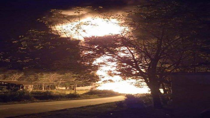 BREAKING NEWS Truk Tangki Terbakar Ditengah Jalan Sintang-Putussibau, Supir Dikabarkan Selamat