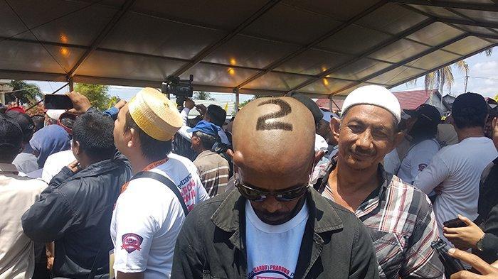 BREAKING NEWS - Pendukung Prabowo Subianto Padati Istana Kadriah, Trimono Berpenampilan Ekstrem