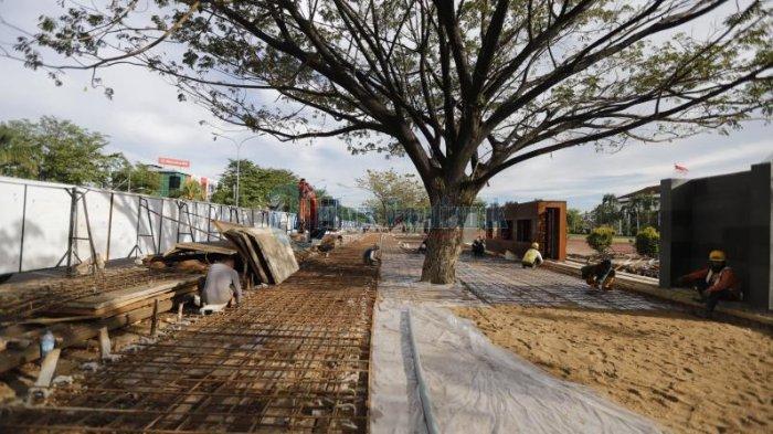 Pekerja mengerjakan pembangunan trotoar dan pagar di depan Kantor Gubernur Kalimantan Barat, Jalan Ahmad Yani, Pontianak, Kalimantan Barat, Jumat 13 November 2020. Sejumlah trotoar di jalan protokol di Kota Pontianak turut dibangun guna menyediakan trotoar yang aman dan nyaman bagi pejalan kaki.