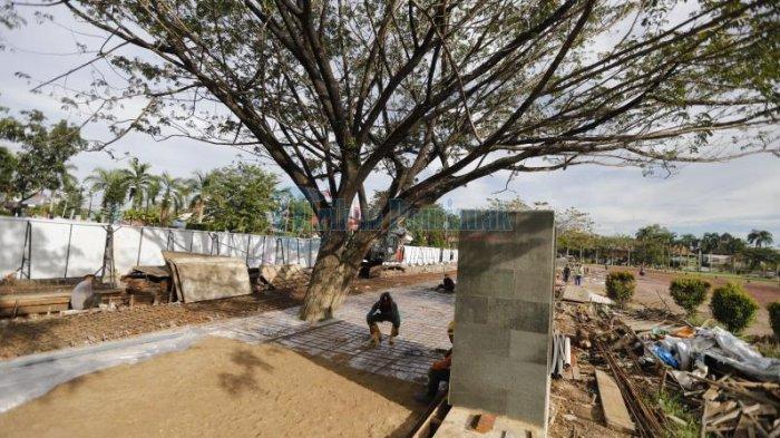 FOTO: Pekerja Mengerjakan Pembangunan Trotoar dan Pagar Depan Kantor Gubernur Kalbar