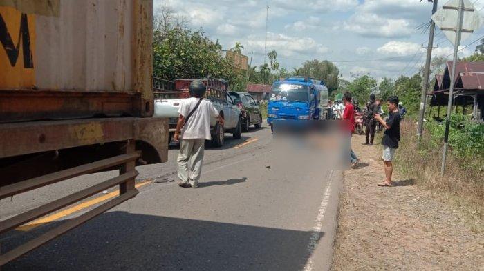 Pengendara sepeda motor meninggal dunia setelah terlindas truk trailer di  Jalan Trans Kalimantan, Kubu Raya, Senin 15 Februari 2021 siang.