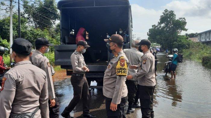 Pelayanan Prima, Polres Melawi Gunakan Truk dan Mobil Dinas Angkut Warga Lewati Banjir