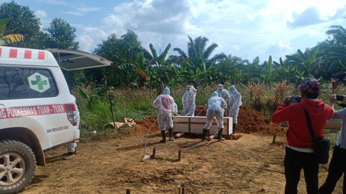 Personel Polsek Tumbang Titi Kawal Pemakaman Pasisen Covid-19 di Pemakaman Umum Desa Belaban Tujuh