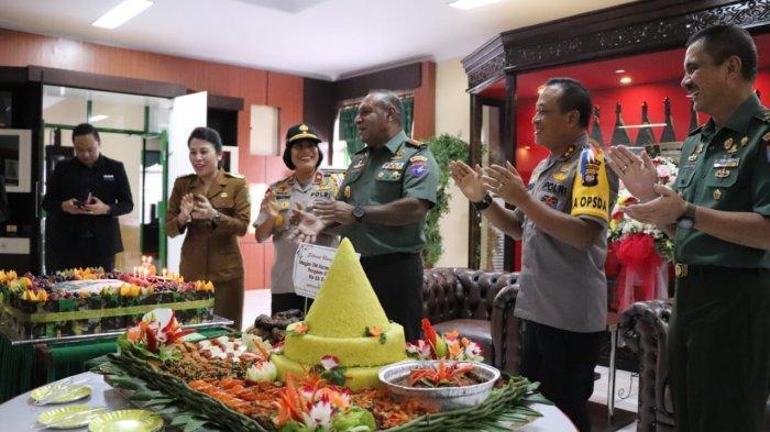Tjhai Chui Mie dan Kapolda Kalbar Beri Kejutan Tumpeng di Ulang Tahun Pangdam XII/Tpr ke-55