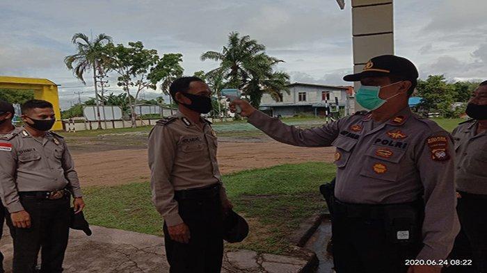 Lakukan Penerapan Protokol Kesehatan New Normal, Kapolsek Ledo Cek Suhu Tubuh Anggota