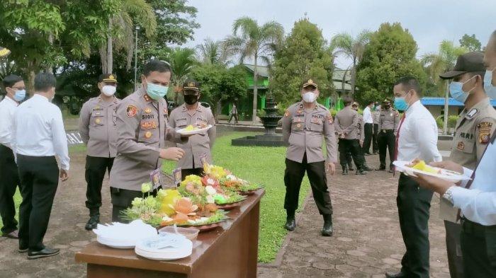 Kapolres Melawi AKBP Sigit Eliyanto Nurharjanto,memberikan kejutan kepada personel Polres Melawi yang berulang tahun pada bulan Februari 2021 di lapangan Apel Mapolres Melawi, Senin 15 Februari 2021