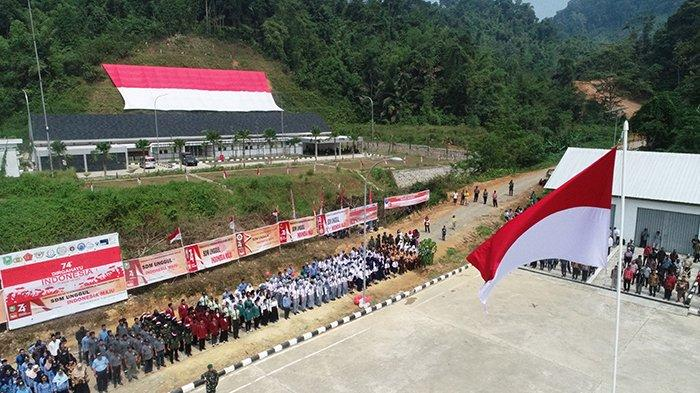 Tentara di Perbatasan Indonesia dan Malaysia Kibarkan Bendera Merah Putih Raksasa