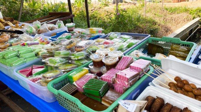 Kue-kue tradisional, makanan dan minuman ringan, yang dijual oleh Sri Mulyani