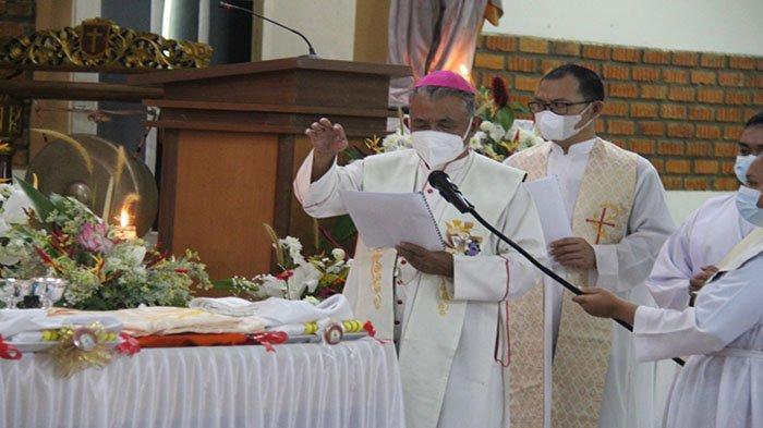 Uskup Agung Pontianak Mgr Agustinus Agus Berkati Busana dan Perlengkapan untuk Imam Baru