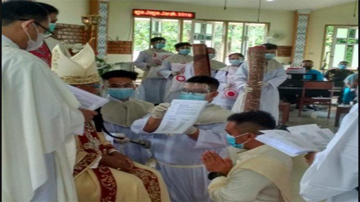 Uskup Agung Pontianak Mgr Agustinus Agus Tahbiskan Dua Imam Baru asal Landak dan Kubu Raya