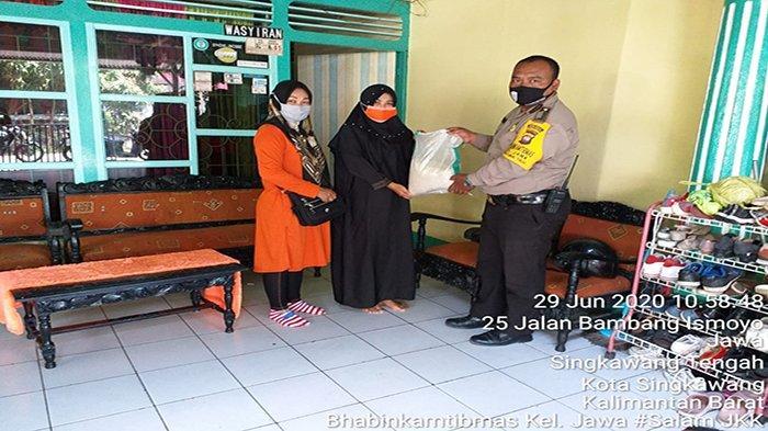 Peringati Hari Bhayangkara ke-74, Bripka Rakhmat Salurkan Bansos dari Polres Singkawang
